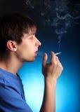 Hombre joven con el cigarrillo Imágenes de archivo libres de regalías