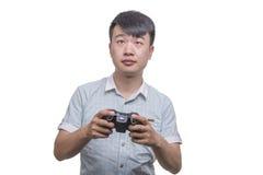 Hombre joven con el cojín del control del videojuego imagen de archivo