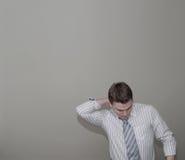 Hombre joven con el cuello dolorido Fotos de archivo