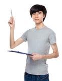 Hombre joven con el destacar del tablero y de pluma Imagen de archivo
