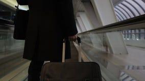 Hombre joven con el equipaje, moviendo encendido la cinta magnética en el aeropuerto interior almacen de video