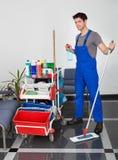 Hombre joven con el equipo de la limpieza Fotos de archivo libres de regalías