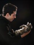 Hombre joven con el gato Fotos de archivo libres de regalías