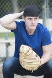 Hombre joven con el guante de béisbol Imágenes de archivo libres de regalías