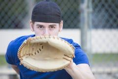 Hombre joven con el guante de béisbol Imagenes de archivo