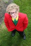 Hombre joven con el juego brillantemente coloreado Fotografía de archivo libre de regalías
