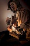Hombre joven con el laúd viejo de la guitarra de Oud Imagen de archivo