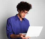 Hombre joven con el ordenador Fotografía de archivo
