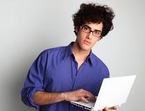 Hombre joven con el ordenador Foto de archivo libre de regalías