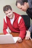 Hombre joven con el ordenador Fotografía de archivo libre de regalías