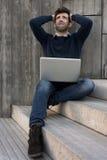 Hombre joven con el ordenador portátil preocupante Foto de archivo libre de regalías