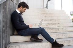Hombre joven con el ordenador y problemas Fotos de archivo