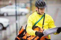 Hombre joven con el paquete y el mensajero Bag On Street Imágenes de archivo libres de regalías