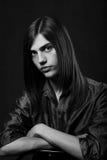 Hombre joven con el pelo largo Fotografía de archivo