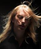 Hombre joven con el pelo rubio largo Fotografía de archivo libre de regalías