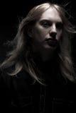 Hombre joven con el pelo rubio largo Imagenes de archivo