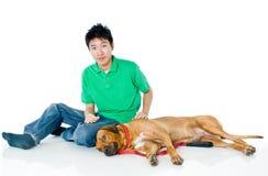 Hombre joven con el perro imagen de archivo