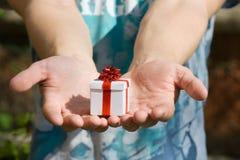 Hombre joven con el rectángulo de regalo Foto de archivo libre de regalías