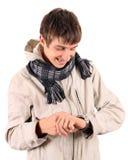 Hombre joven con el reloj Foto de archivo
