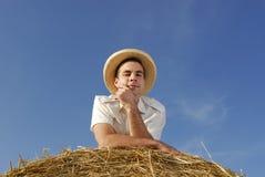 Hombre joven con el sombrero de paja Foto de archivo libre de regalías