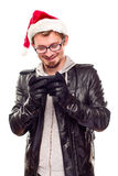 Hombre joven con el sombrero de Santa usando el teléfono celular Fotos de archivo libres de regalías
