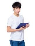 Hombre joven con el tablero Imágenes de archivo libres de regalías