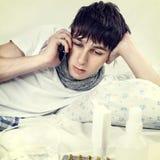 Hombre joven con el teléfono Imagen de archivo libre de regalías