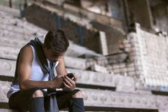 Hombre joven con el teléfono en el edificio viejo Fotografía de archivo