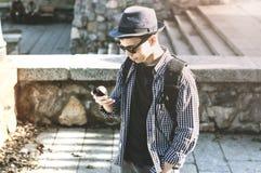 Hombre joven con el teléfono en parque de la ciudad Fotos de archivo