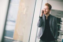Hombre joven con el teléfono móvil Fotografía de archivo