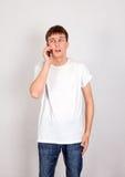 Hombre joven con el teléfono móvil Foto de archivo libre de regalías