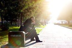 Hombre joven con el teléfono móvil al aire libre Foto de archivo libre de regalías