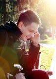 Hombre joven con el teléfono móvil al aire libre Fotos de archivo