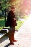 Hombre joven con el teléfono móvil al aire libre Foto de archivo