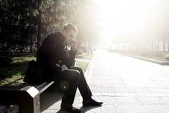 Hombre joven con el teléfono móvil al aire libre Fotografía de archivo