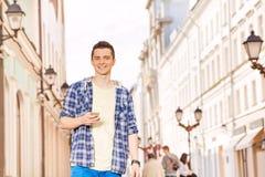 Hombre joven con el teléfono móvil en la calle Fotos de archivo libres de regalías