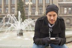Hombre joven con el teléfono móvil Joy In City Fotos de archivo libres de regalías