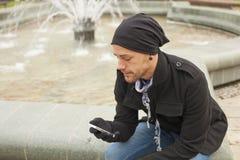 Hombre joven con el teléfono móvil Joy In City Fotografía de archivo libre de regalías