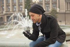Hombre joven con el teléfono móvil Joy In City Fotos de archivo