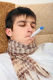 Hombre joven con el termómetro Foto de archivo libre de regalías