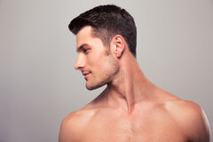 Hombre joven con el torso desnudo que mira lejos Fotografía de archivo libre de regalías
