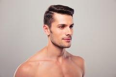Hombre joven con el torso desnudo que mira lejos Fotos de archivo libres de regalías