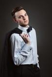 Hombre joven con el traje y la corbata de lazo imagen de archivo libre de regalías