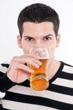 Hombre joven con el vidrio de cerveza imagenes de archivo