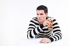 Hombre joven con el vidrio de cerveza imagen de archivo