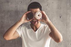 Hombre joven con estilo Imagen de archivo libre de regalías