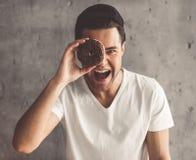 Hombre joven con estilo Foto de archivo libre de regalías