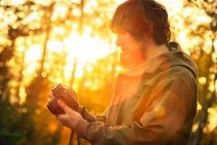 Hombre joven con forma de vida al aire libre del inconformista de la cámara retra de la foto Imagen de archivo