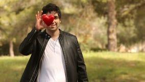 Hombre joven con forma del corazón metrajes