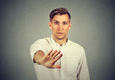Hombre joven con gesto de mano de la parada imagen de archivo